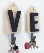 Casette con iniziali o lettere in legno fatte a mano e gancio appendiabiti