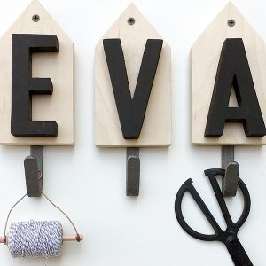 Appendiabiti personalizzato con il proprio nome in legno