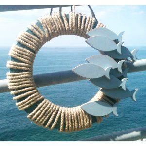 Corona in corda con acciughe in legno