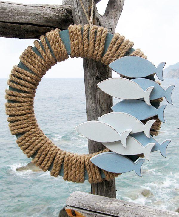 Ghirlanda in legno con acciughe per casa al mare