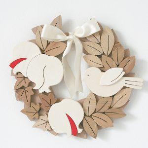 Corona in legno con melograni e uccellino