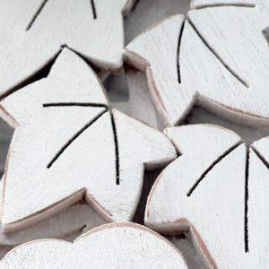 Ghirlanda con edera in legno dipinto a mano artigianalmente