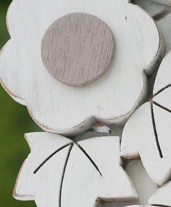 Corona con margherite e edera in legno dipinto a mano