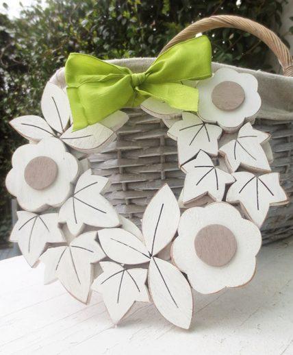 Ghirlanda in legno con margherite in stile shabby