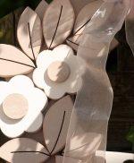 Corona in legno dipinto con iniziali della coppia