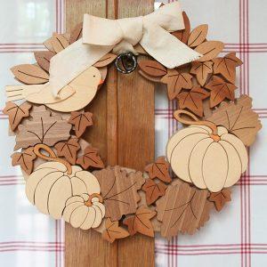 Ghirlanda con zucca in legno naturale