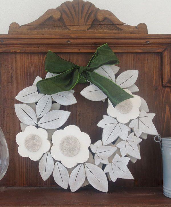 Ghirlanda in legno in stile shabby chic con edera e margherite