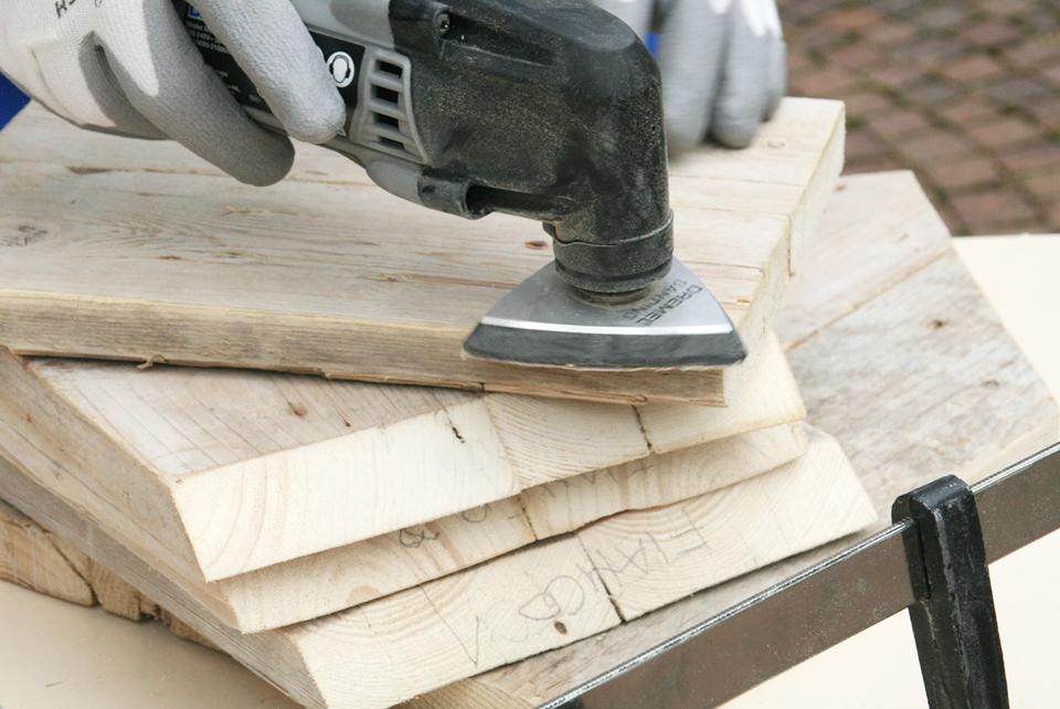 Levigatura artigianale di legno di recupero