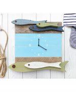 Orologio per casa al mare con pesci in legno di recupero
