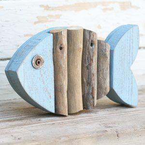Pesce per casa al mare in legno di recupero e rami portati dal mare