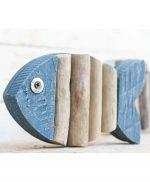 Pesce in legno dipinto e rami portati dal mare