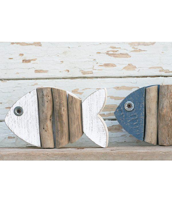 Pesce in legno dipinto e materiali di recupero