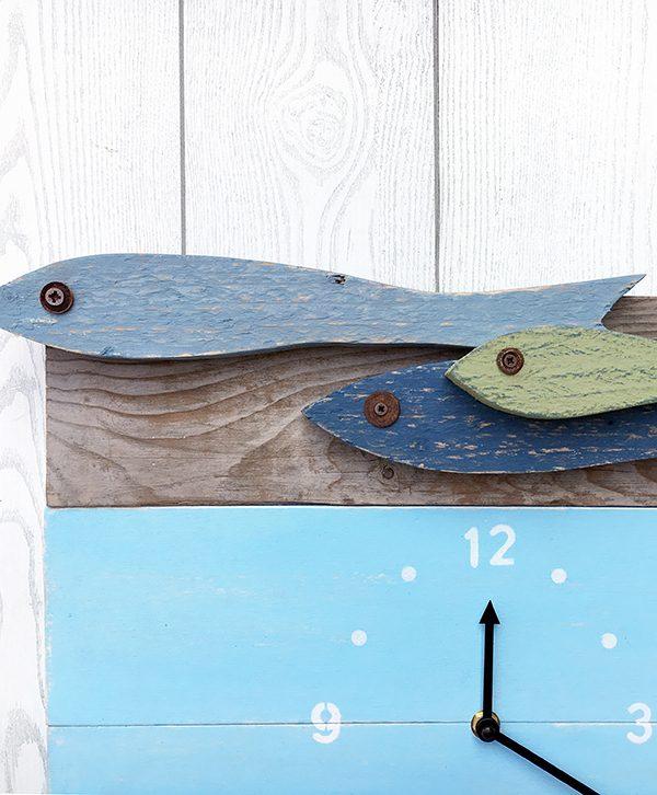 Acciughe in legno di recupero colorato per orologio