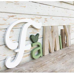 Scritta FAMILY in legno di recupero naturale e colorato