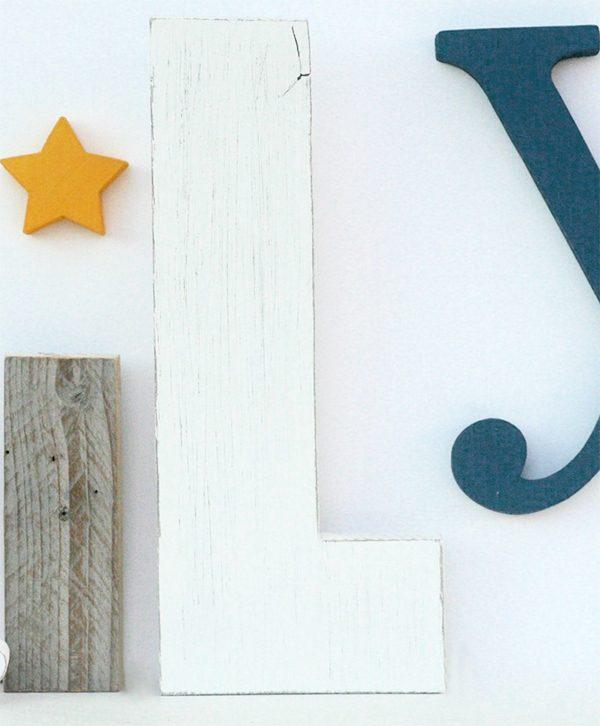 Lettere in legno di recupero e stella per scritta family