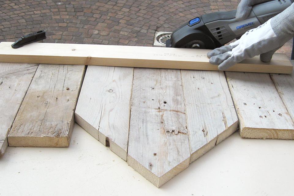 Taglio a mano di pannelli in legno di recupero