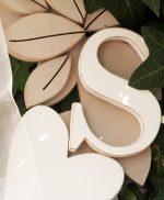 Ghirlanda in legno dipinto con iniziali della coppia