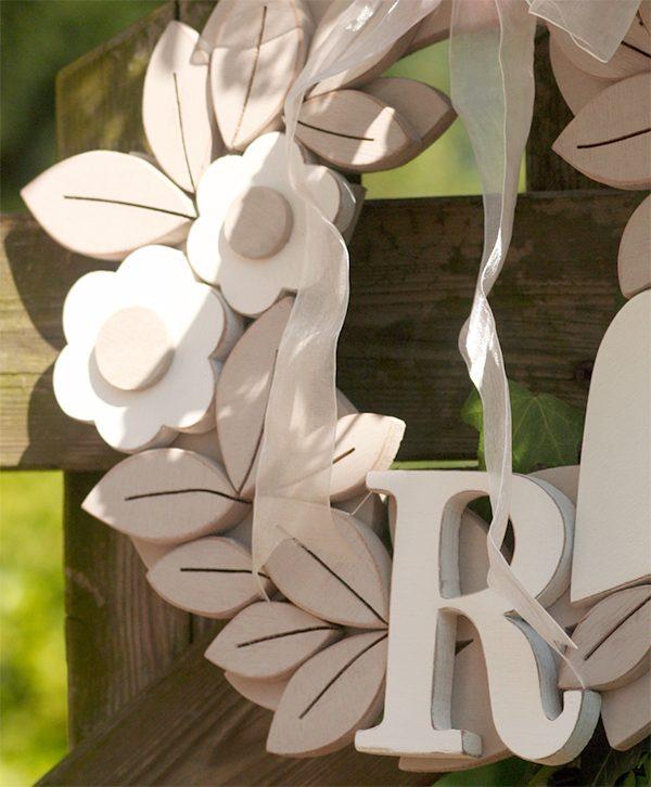Corona con iniziali dei nomi in legno dipinto in stile shabby