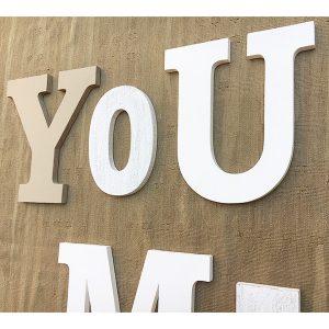 Scritta You & Me da appendere in legno colorato