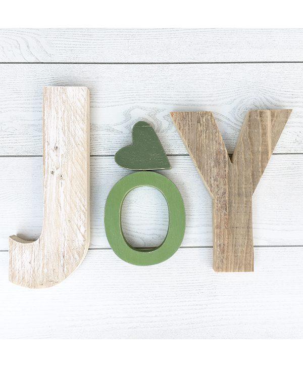 Scritta Joy in legno di recupero con cuore verde