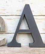 Lettera in legno dipinta a mano in stile shabby