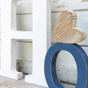 Lettere in legno di recupero con decorazione