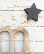 Lettera in legno di recupero naturale e stella colorata a mano