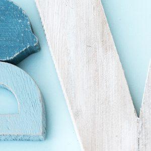 Lettere in legno di recupero sbiancate a mano