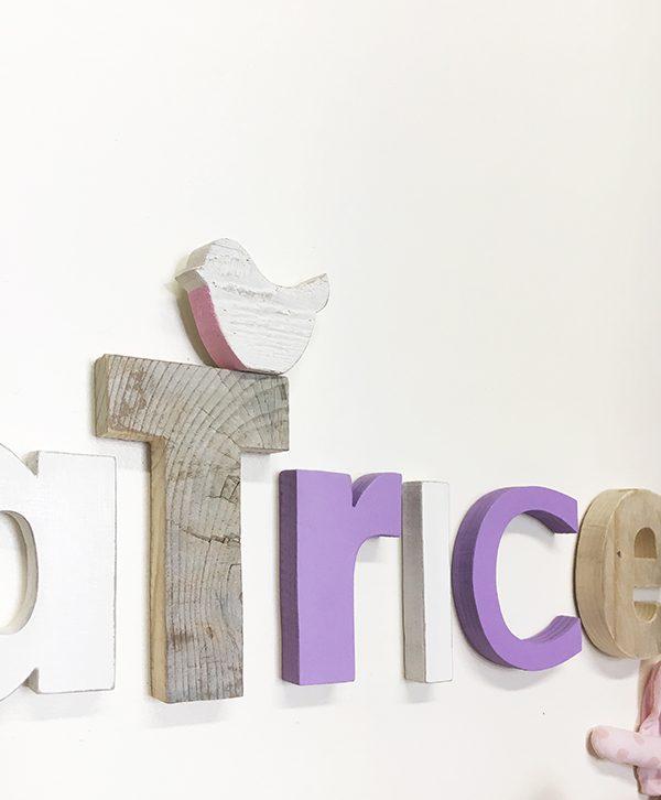 Nome di bambina in legno di recupero colorato o naturale con uccellino sbiancato