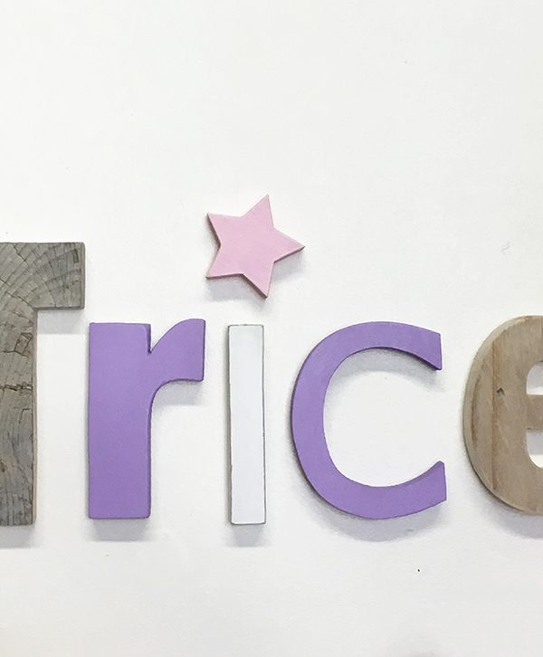Nome di bambina in legno di recupero colorato o naturale con stella colorata