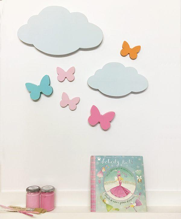 Nuvole e farfalle in legno colorato per decorarare la cameretta