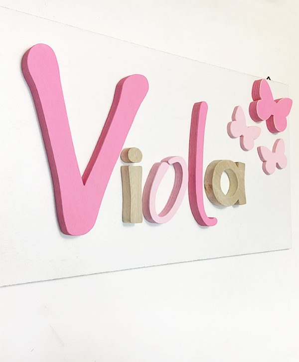 Quadretto in legno colorato con nome bambina e farfalle