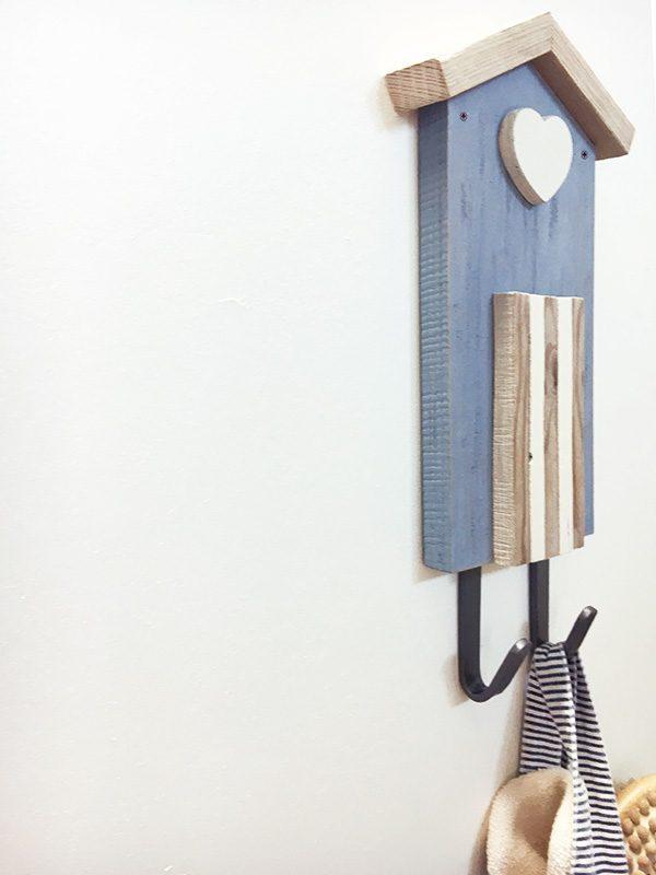 Cabina in legno con ganci appendiabiti