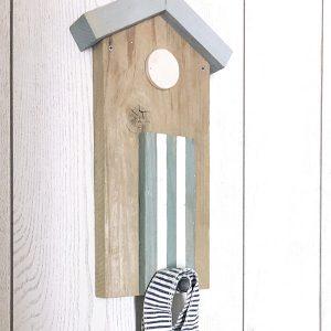 Appendiabiti in legno di recupero per la casa al mare