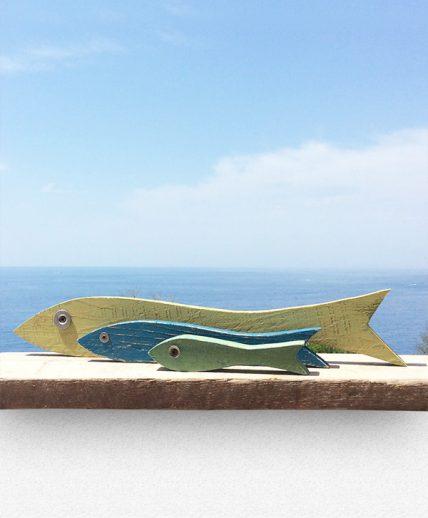 Acciughe in legno di recupero dipinto per decorare la casa al mare