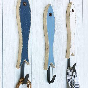 Appendiabiti a forma di acciuga in legno di recupero con gancio in ferro