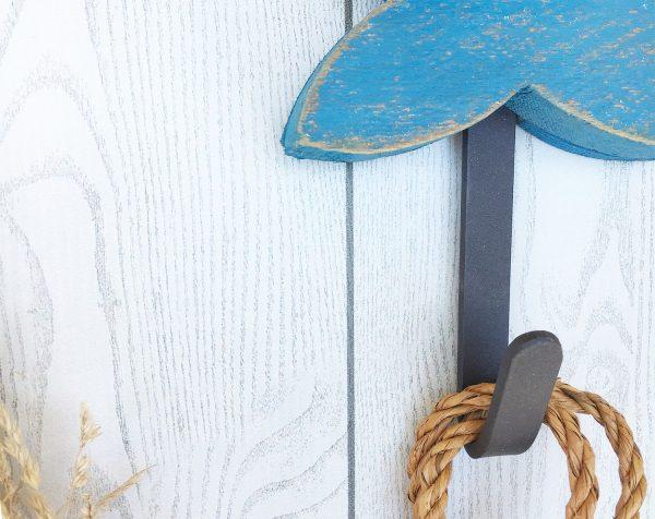 Gancio appendiabiti in ferro per pesce in legno di recupero