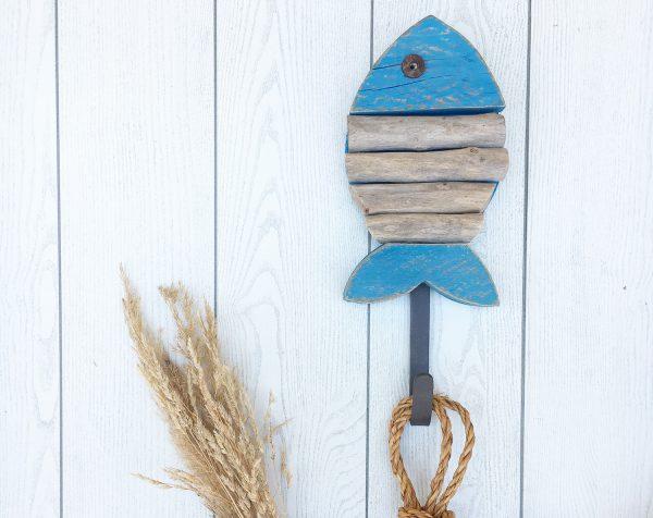 pesce in legno di recupero con gancio appendiabiti in ferro