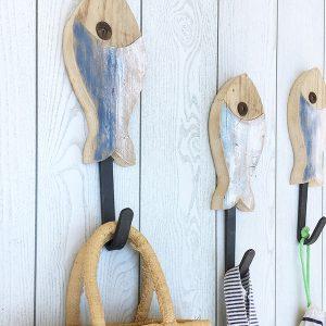 Pesci in legno di recupero con appendiabiti in ferro per la casa al mare