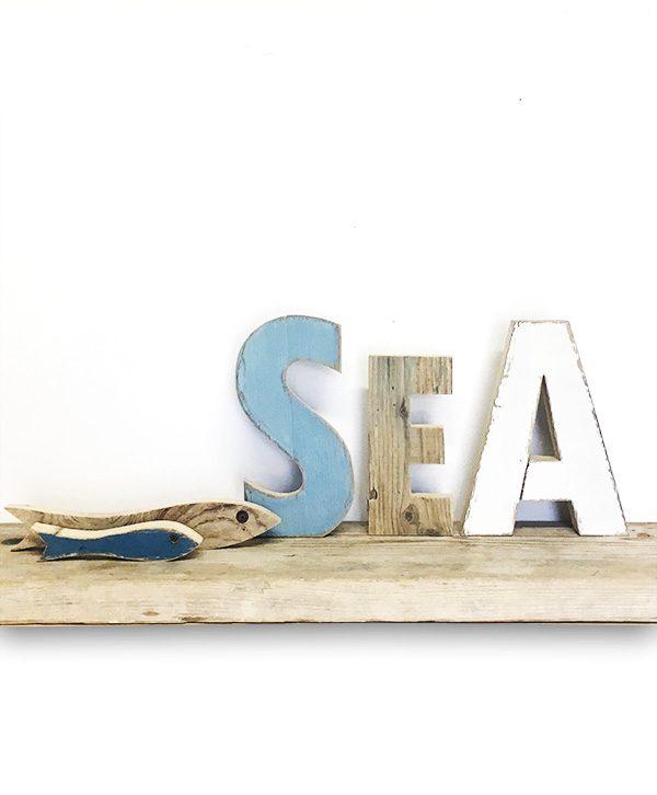Scritta SEA in legno di recupero con acciughe dipinte a mano