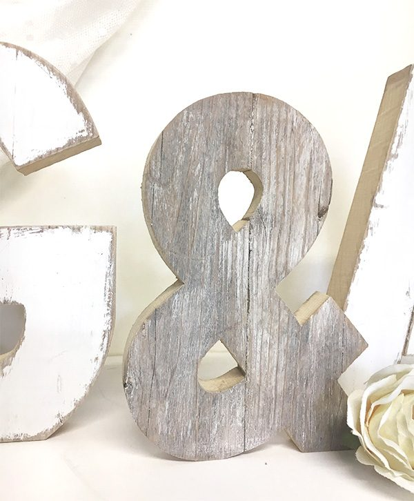 Iniziali dei nomi per matrimonio con & in legno di recupero dipinte a mano