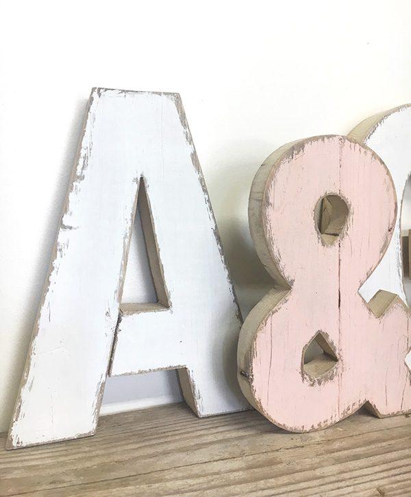 Iniziali dei nomi con & in legno di recupero dipinte a mano