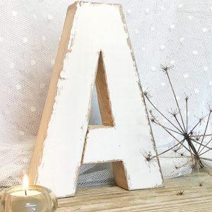 Lettera in legno di recupero sbiancato a mano