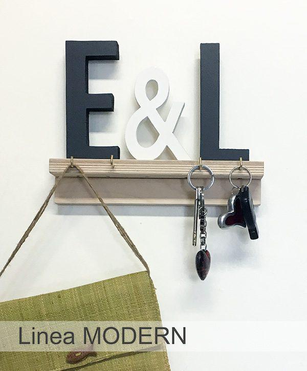 Mensola con lettere e con ganci portachiavi da parete in legno