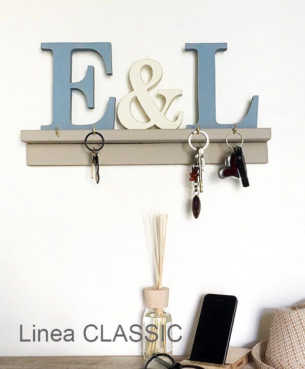 Mensola in legno con lettere personalizzabili e con ganci portaoggetti