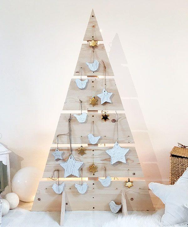 Albero di Natale in legno con decorazioni in legno di recupero