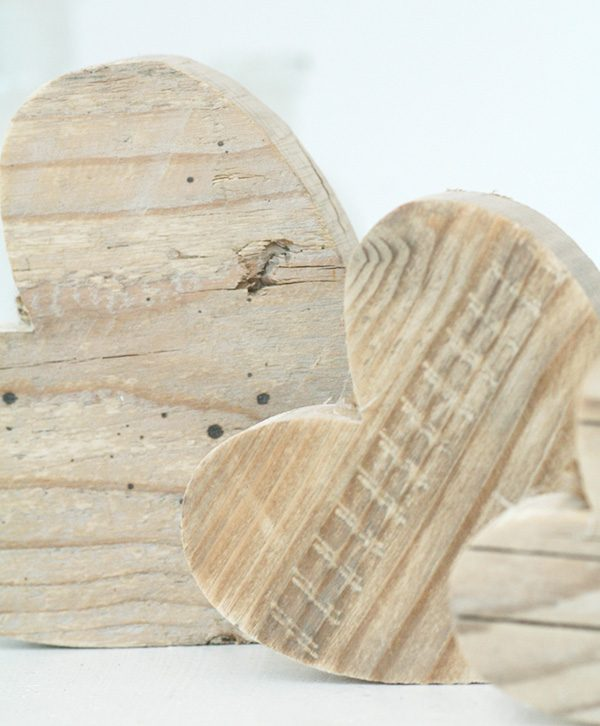 Cuori in legno di recupero per una casa romantica
