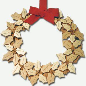 Ghirlanda natalizia con agrifoglio in legno naturale per decorare la casa