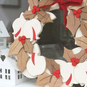 Agrifoglio e melograno per corona natalizia in legno naturale