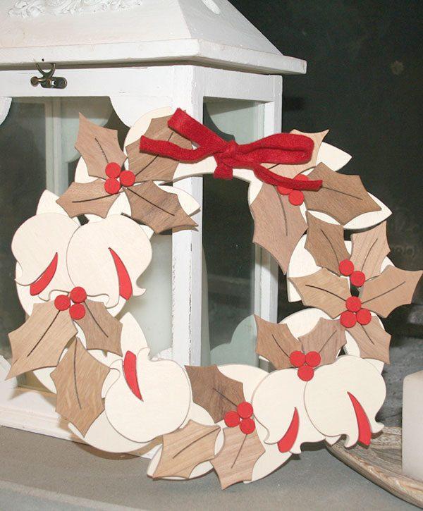 Corona natalizia in legno naturale per decorare la casa a natale